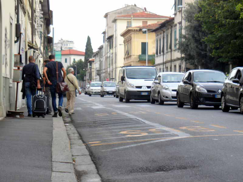 Ncc, autisti protestano sulle strade di Firenze. Corteo di macchine sui viali
