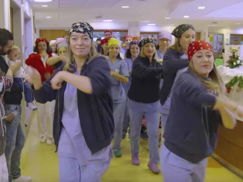 Ospedale Meyer, medici e infermieri ballano in reparto per i bambini. Sorpresa di Natale