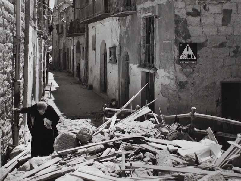 Robert Capa in italia - Mostra fotografica: Anziana donna tra le rovine di Agrigento, 17-18 Luglio 1943