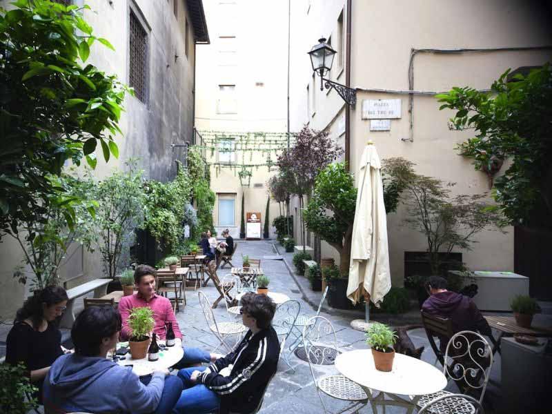 Estate a Firenze piazzetta dei Tre Re