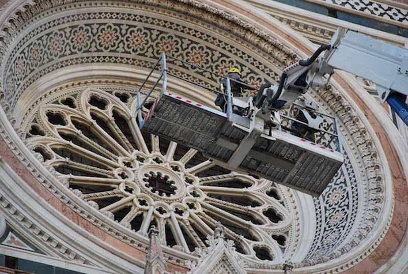 Duomo, via al restauro della vetrata monumentale di Lorenzo Ghiberti