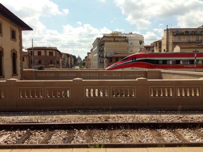 Caos treni tra Firenze e Roma, cancellazioni e ritardi fino a tre ore: come ottenere il rimborso