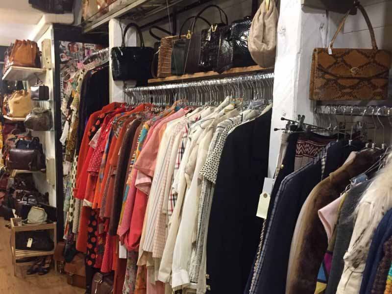 09f25f463aae Nei negozi vintage di Firenze si respira un atmosfera particolare. Un  profumo diverso