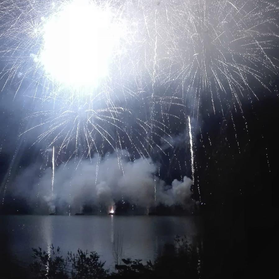 Fuochi artificio Ferragosto 2019 lago Bilancino dintorni Firenze