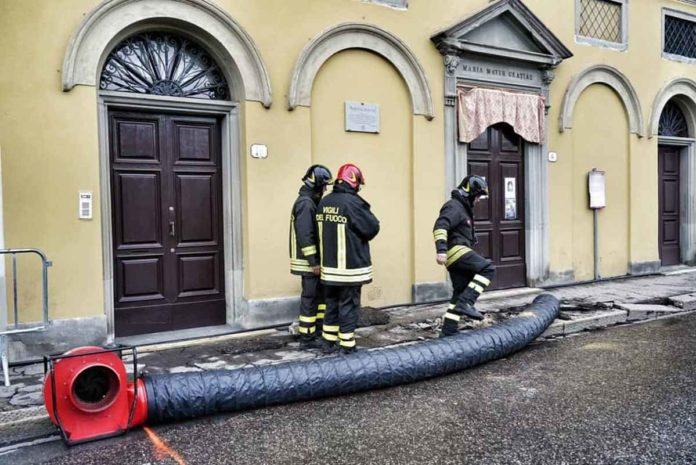 Lungarno Diaz Firenze chiuso voragine