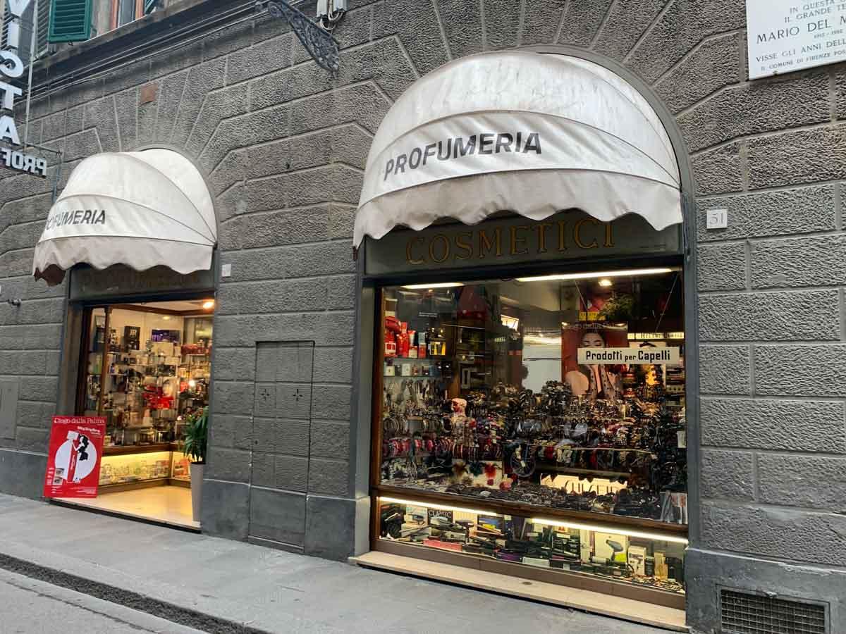 Gestita dalla stessa famiglia fin dal 1946, oggi la Profumeria Invicta di via Ricasoli, a Firenze, cerca un nuovo proprietario