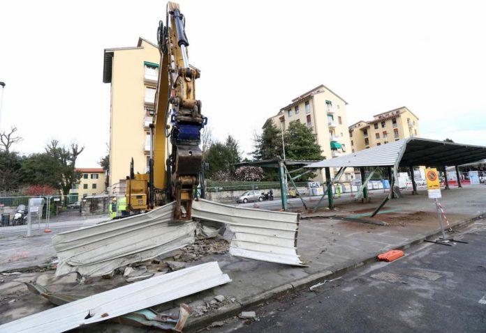 Tettoia piazza Isolotto demolita