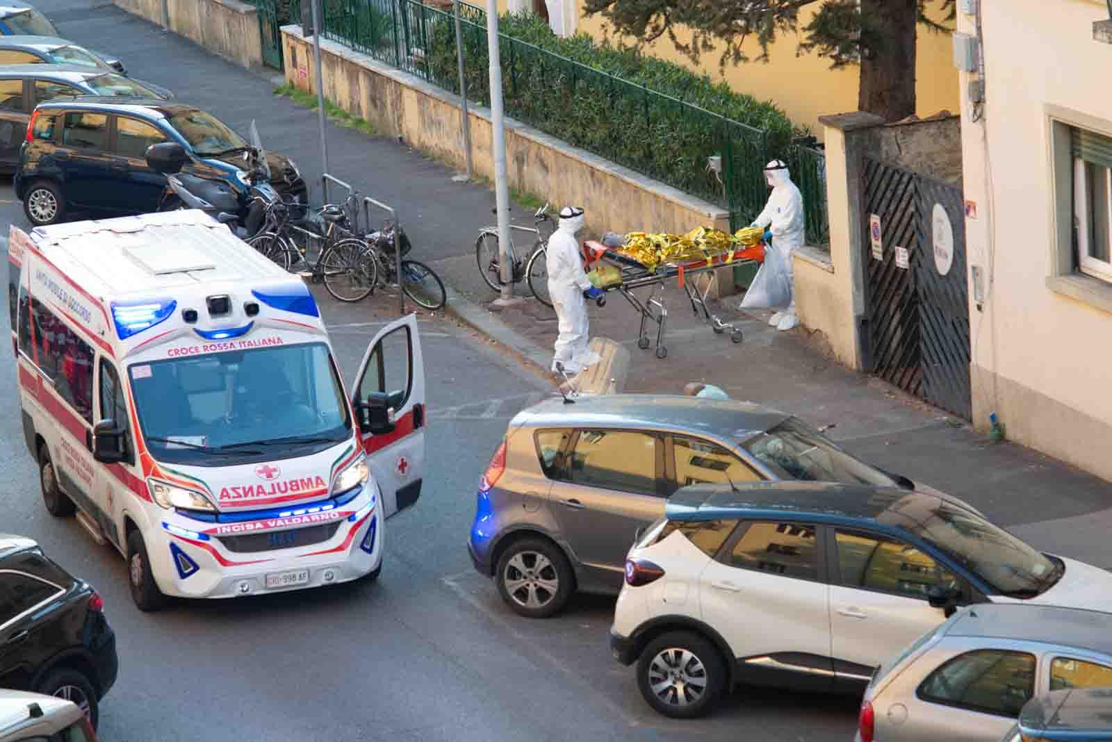 Coronavirus: anziani positivi in Rsa via Datini, trasferiti con le ambulanze
