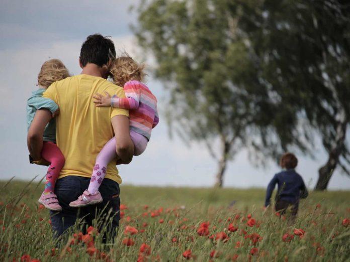 Assegno universale, cosa prevede il Family act: più figli, maggiore l'importo