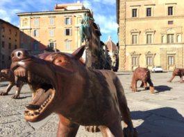 I lupi attaccano Firenze: 100 statue di bronzo in piazza per la mostra di Liu Ruowang