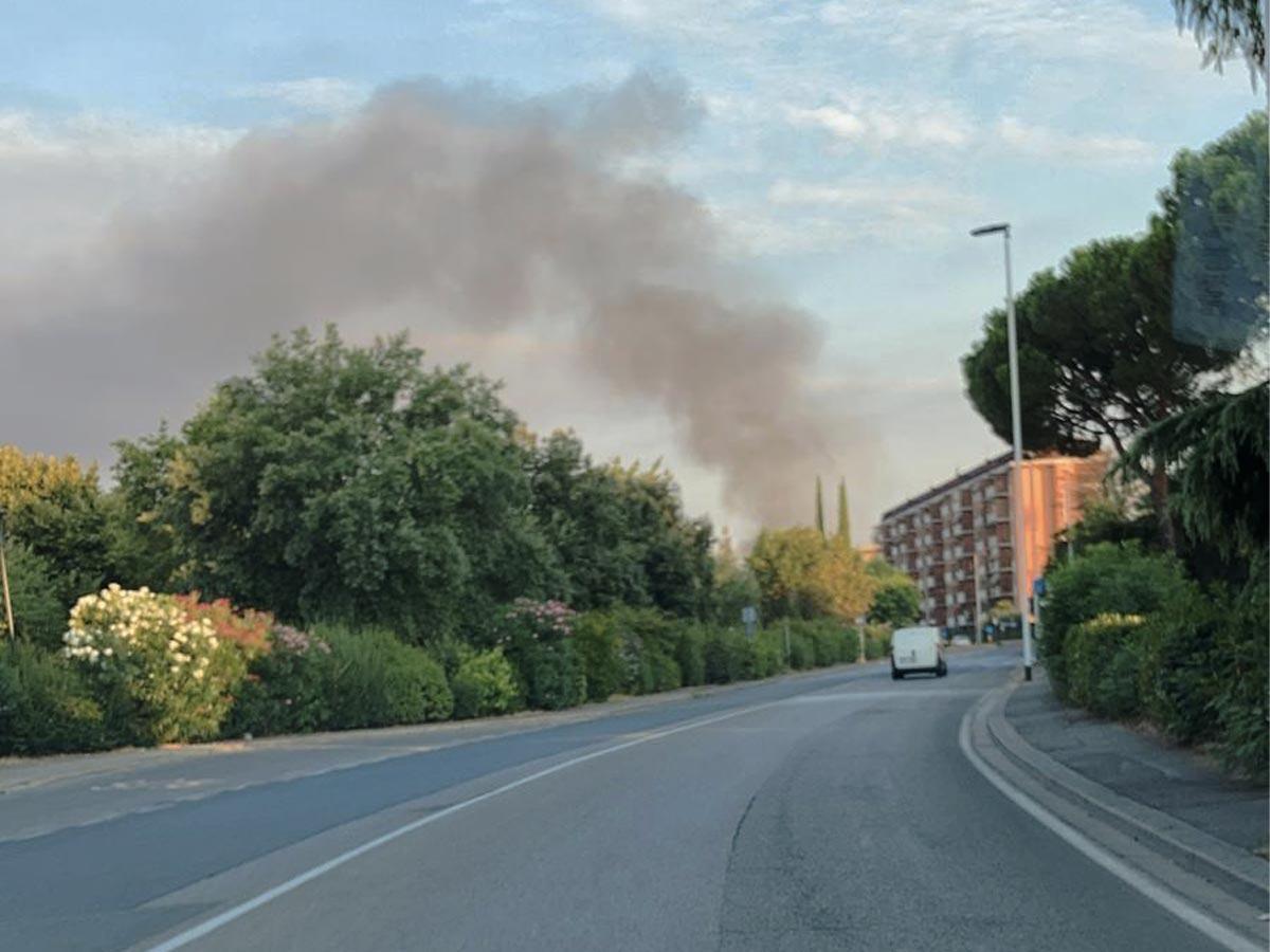 Incendio in una fabbrica di Mantignano. Chiuso il Ponte all'Indiano