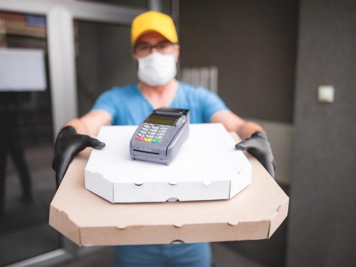 Consegna cibo a domicilio, non cambiano le regole: fino a che ora è possibile